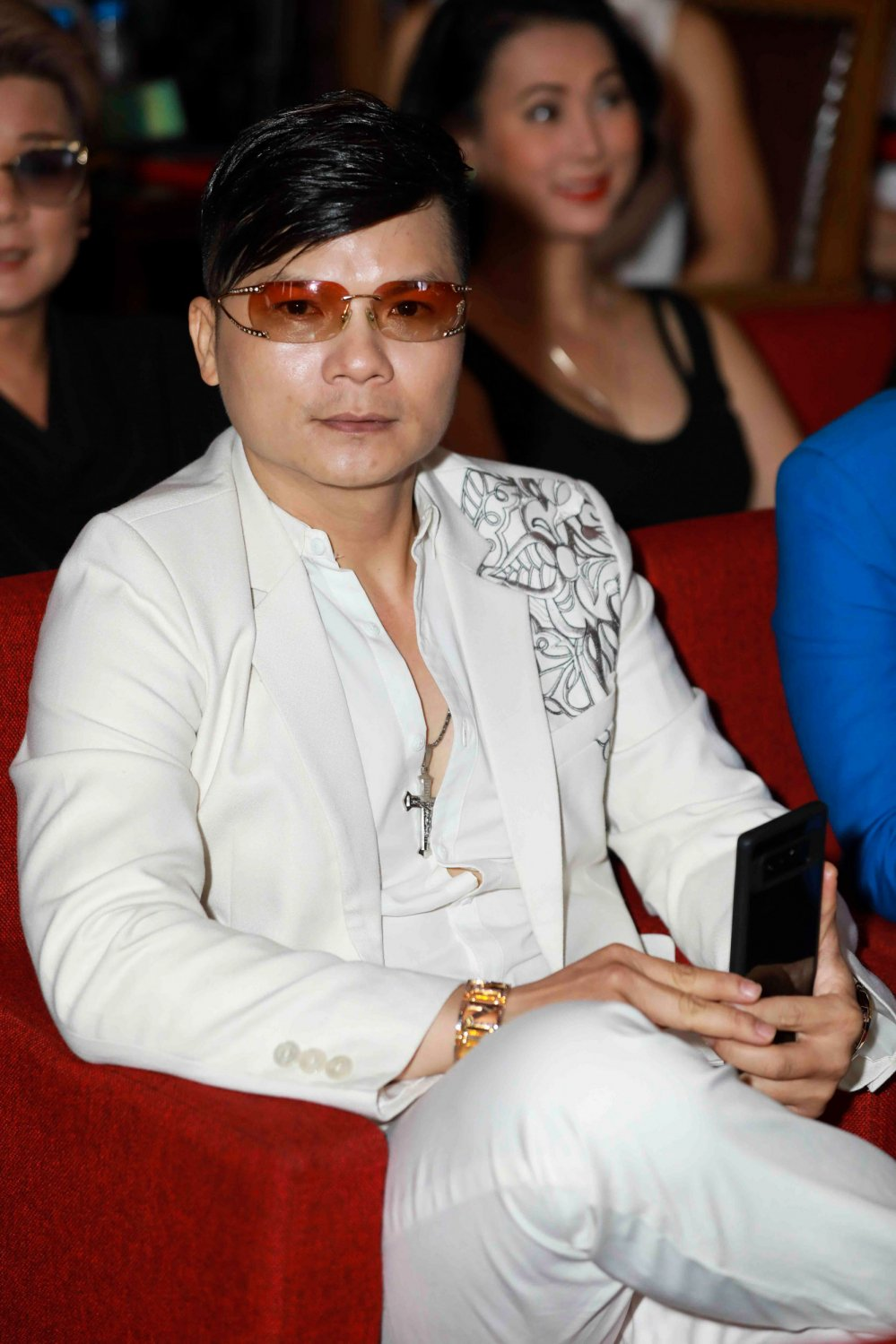 Dam Vinh Hung duoc hoc tro Thu Hang tang micro nam vang hinh anh 5
