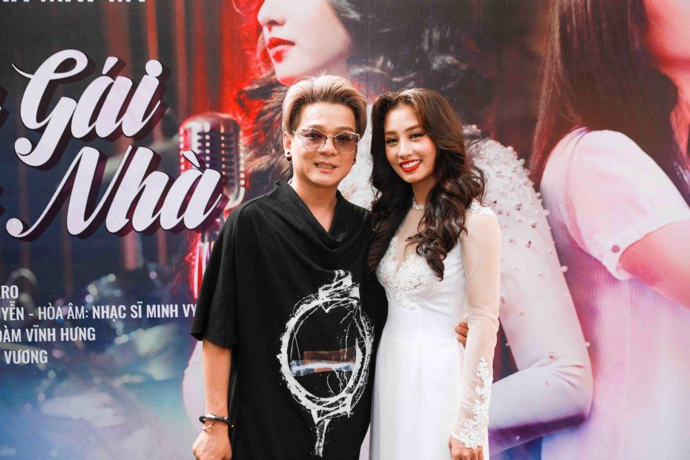 Dam Vinh Hung duoc hoc tro Thu Hang tang micro nam vang hinh anh 4