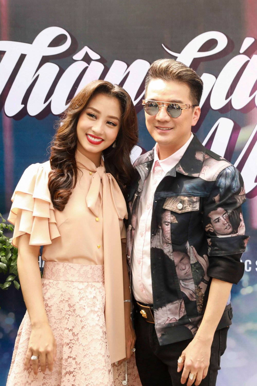 Dam Vinh Hung duoc hoc tro Thu Hang tang micro nam vang hinh anh 3