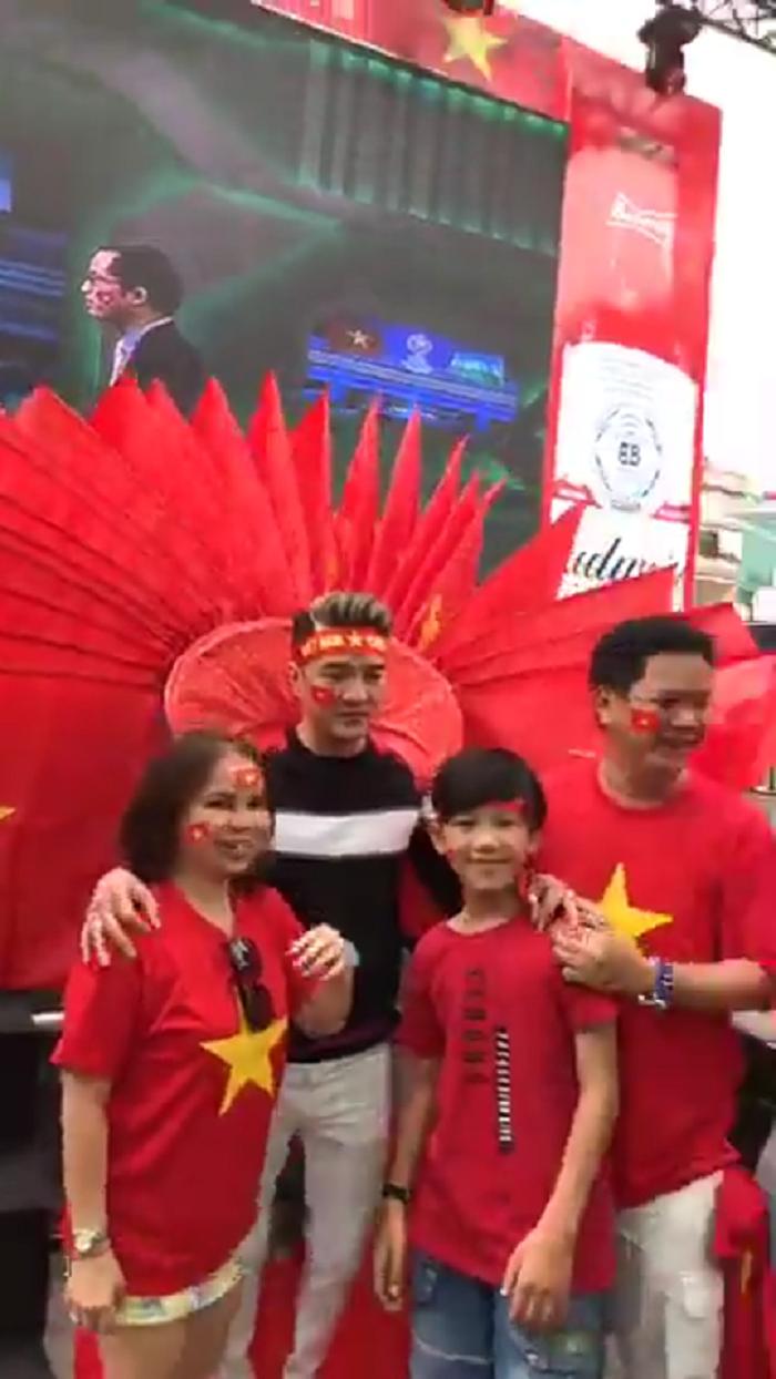 Mr. Dam 'quay' tung bung, sao Viet dong loat doi anh dai dien co vu U23 Viet Nam hinh anh 1