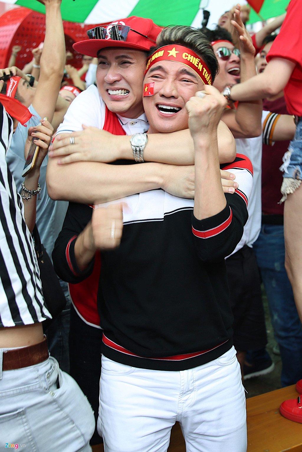 Dam Vinh Hung, Nguyen Vu bat khoc khi Quang Hai ghi ban thang hinh anh 10