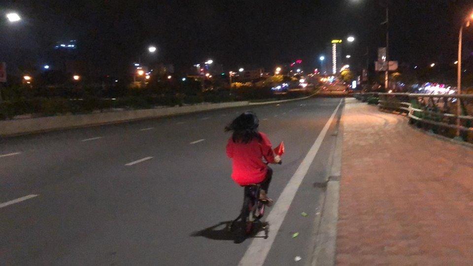 Video: Noi la lam, My Tam chay 'sieu xe', di 'bao' tren cau Rong Da Nang hinh anh 1