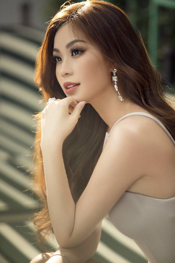A hau Diem Trang 'lot xac', khoe voc dang gai mot con day goi cam hinh anh 1