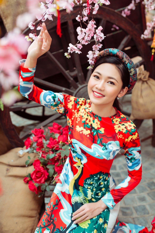 A hau Thanh Tu dien ao dai, tinh tu khoac tay hot boy dao pho hinh anh 4