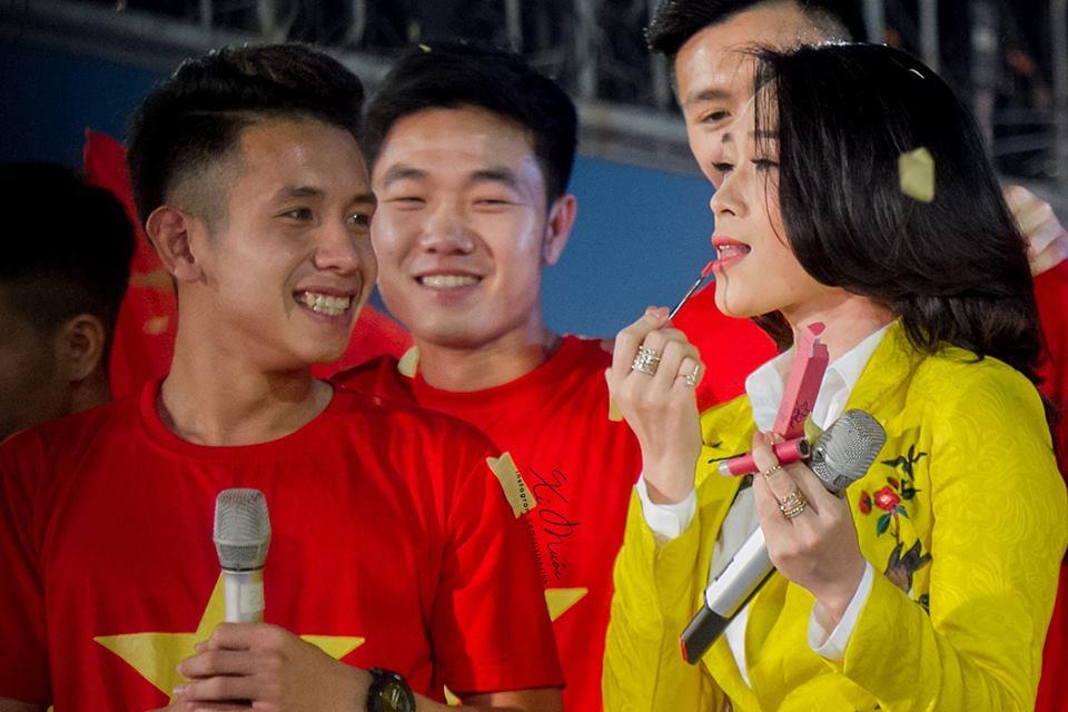 Cong Phuong tang son cho My Tam, Hari Won phien dich cho HLV Park Hang Seo hinh anh 1