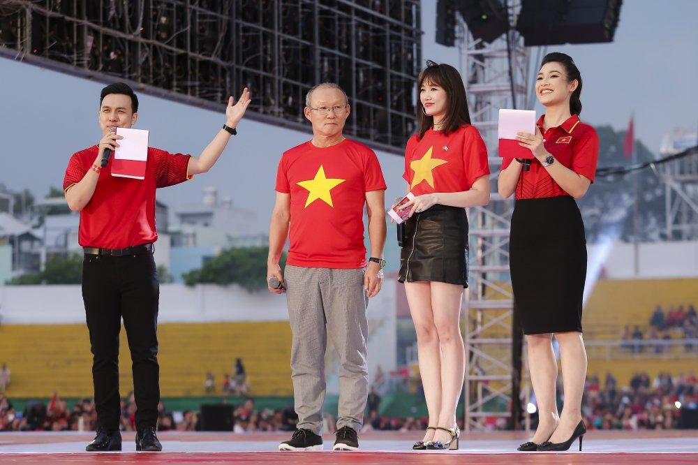 Cong Phuong tang son cho My Tam, Hari Won phien dich cho HLV Park Hang Seo hinh anh 2