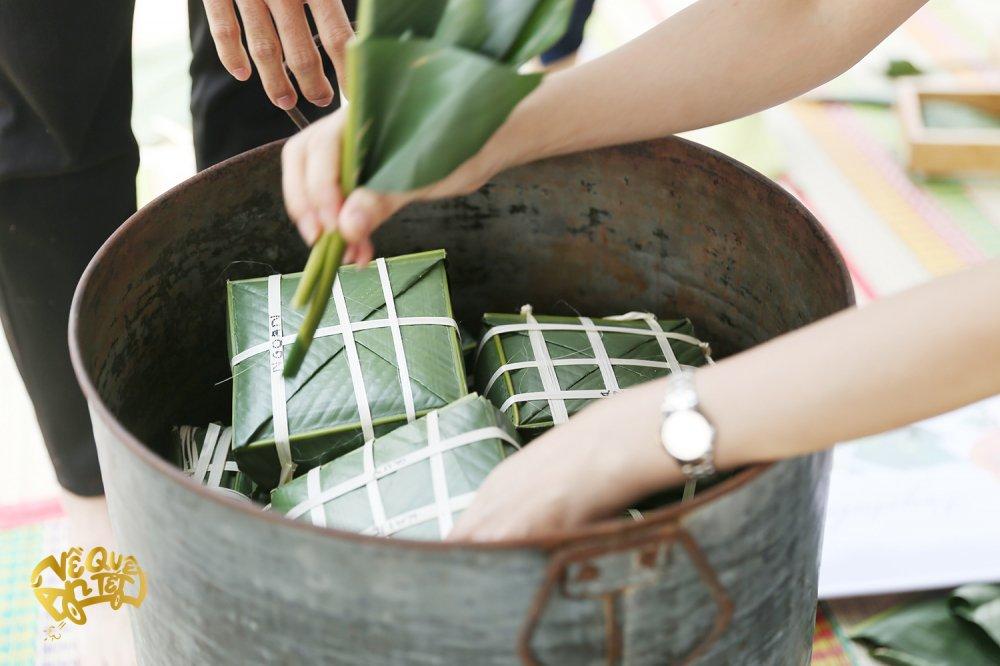Ngo Thanh Van cung Jun Pham tu tay goi banh chung tang nguoi ngheo don Tet hinh anh 4