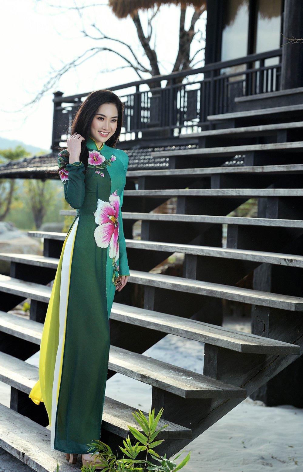 Le Hang dien ao dai khoe dang, tu tin do sac cung Lan Huong hinh anh 5