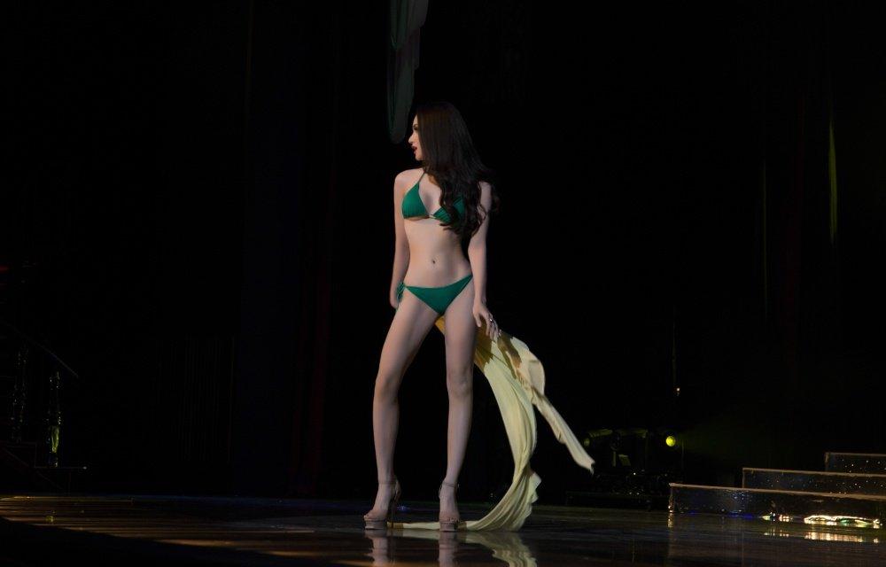 Huong Giang khoe than hinh nong bong trong phan thi bikini tai 'Hoa hau Chuyen gioi' hinh anh 2