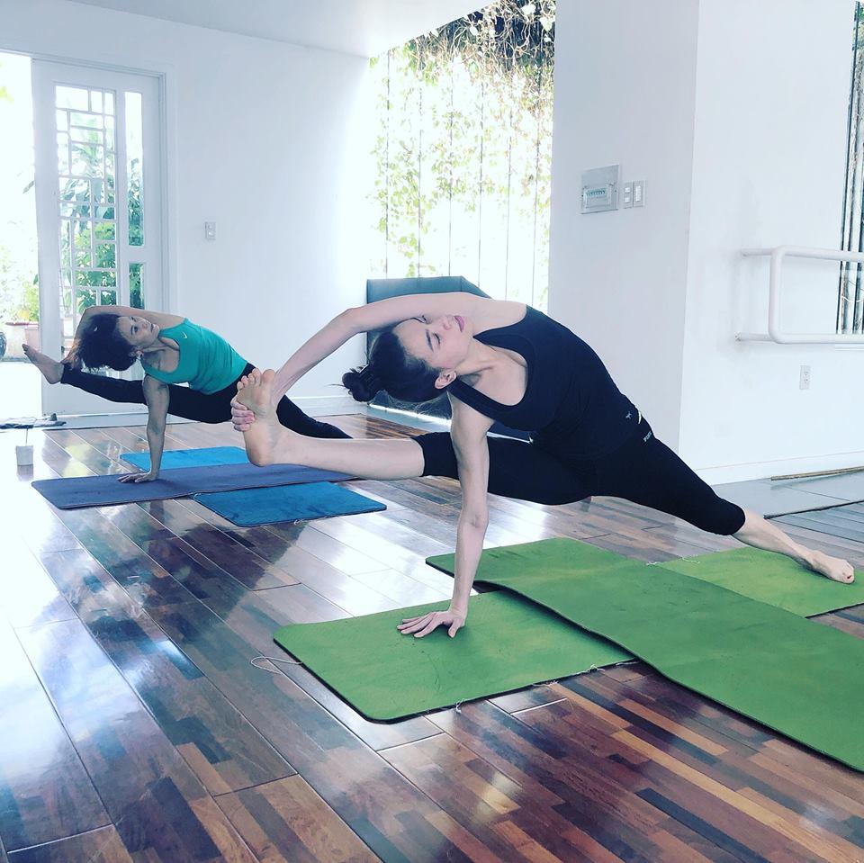 Ho Ngoc Ha khoe eo thon, khuyen khich phu nu tap yoga hinh anh 4