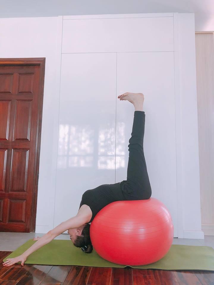 Ho Ngoc Ha khoe eo thon, khuyen khich phu nu tap yoga hinh anh 3