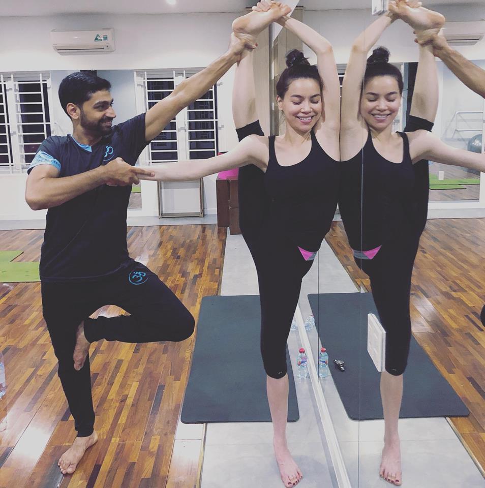Ho Ngoc Ha khoe eo thon, khuyen khich phu nu tap yoga hinh anh 7