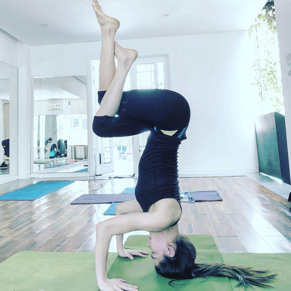 Ho Ngoc Ha khoe eo thon, khuyen khich phu nu tap yoga hinh anh 6