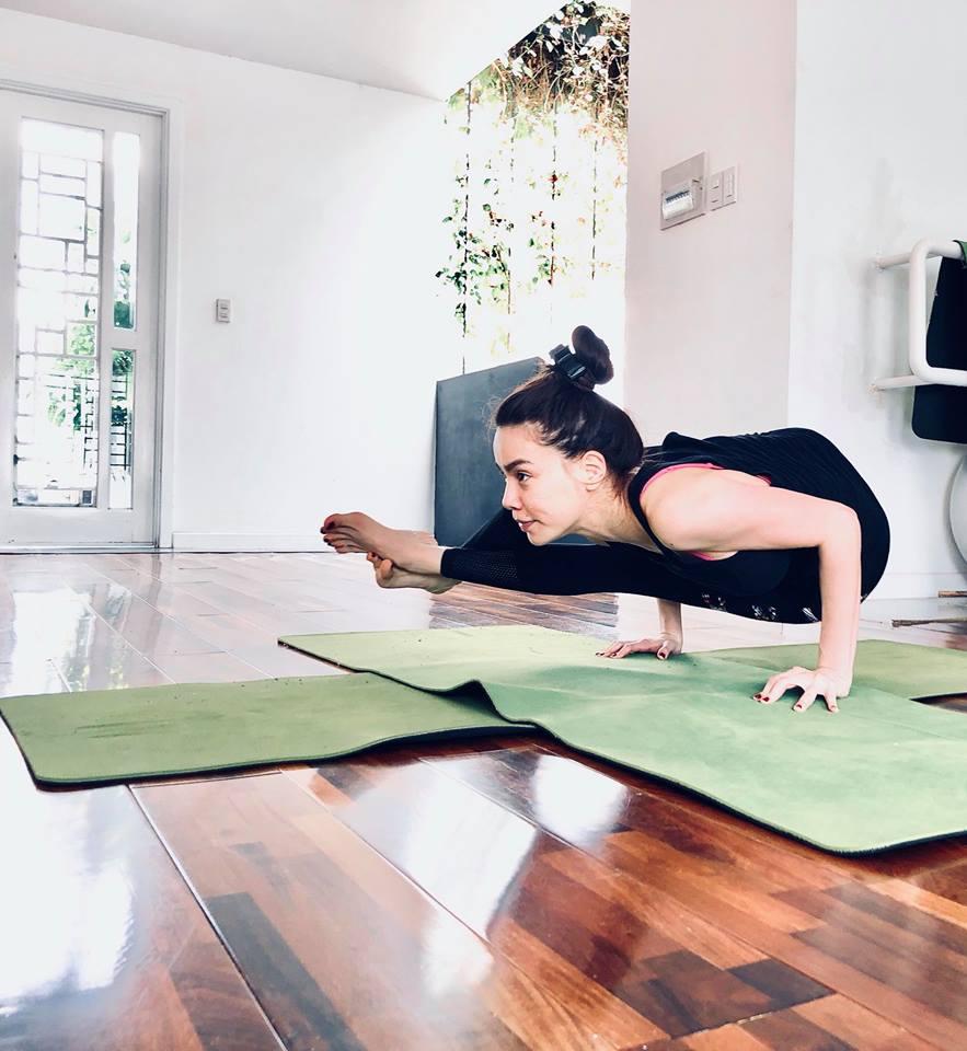 Ho Ngoc Ha khoe eo thon, khuyen khich phu nu tap yoga hinh anh 5