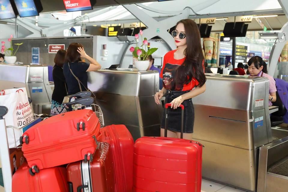 Video: Huong Giang bi fan tai Thai Lan vay kin truoc gio ve nuoc hinh anh 4