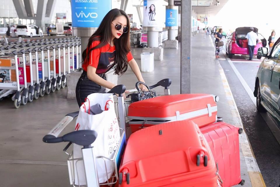 Video: Huong Giang bi fan tai Thai Lan vay kin truoc gio ve nuoc hinh anh 1
