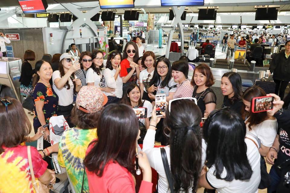 Video: Huong Giang bi fan tai Thai Lan vay kin truoc gio ve nuoc hinh anh 7