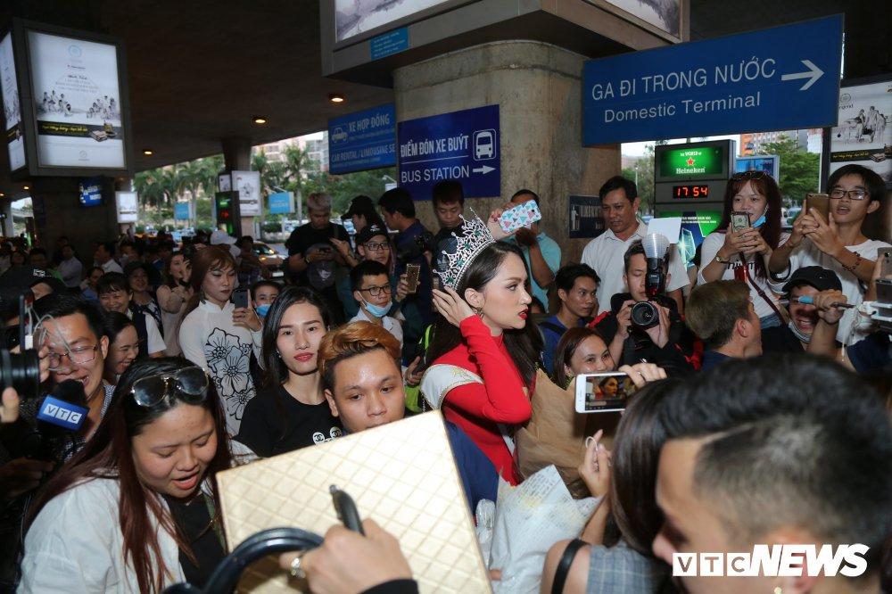 Hoa hau Huong Giang dien ao dai, bat ngo khi bi fan vay kin tai san bay hinh anh 5