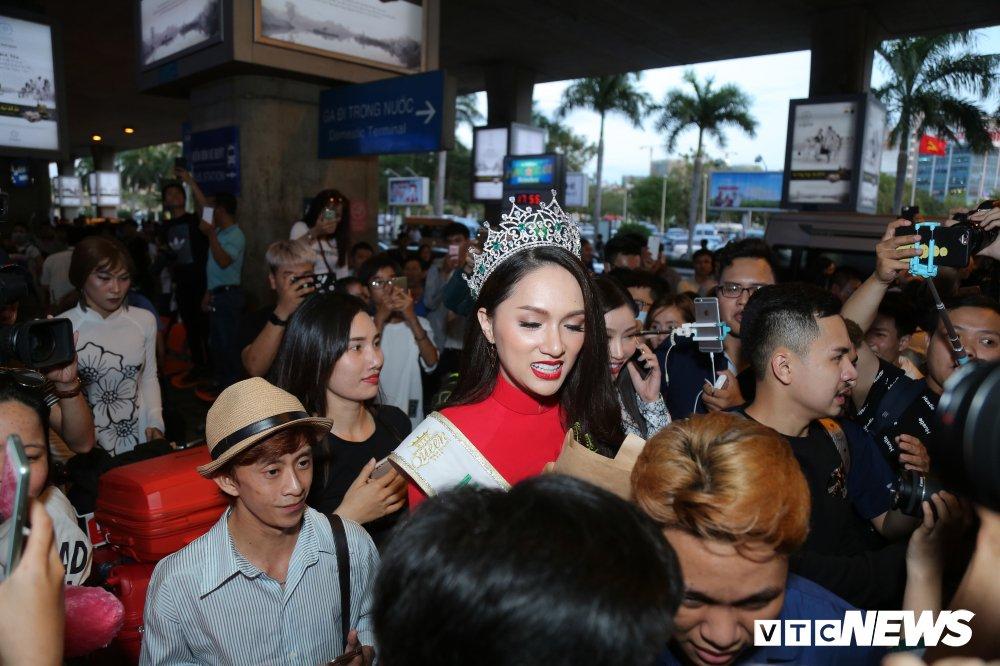 Hoa hau Huong Giang dien ao dai, bat ngo khi bi fan vay kin tai san bay hinh anh 8
