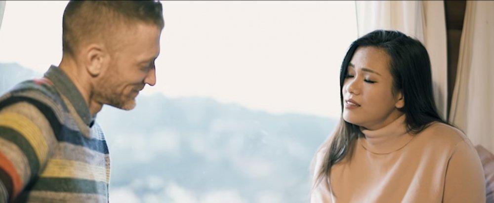 Phương Vy và chồng Tây gây sốt khi song ca 'Chuyện hẹn hò' cực ngọt