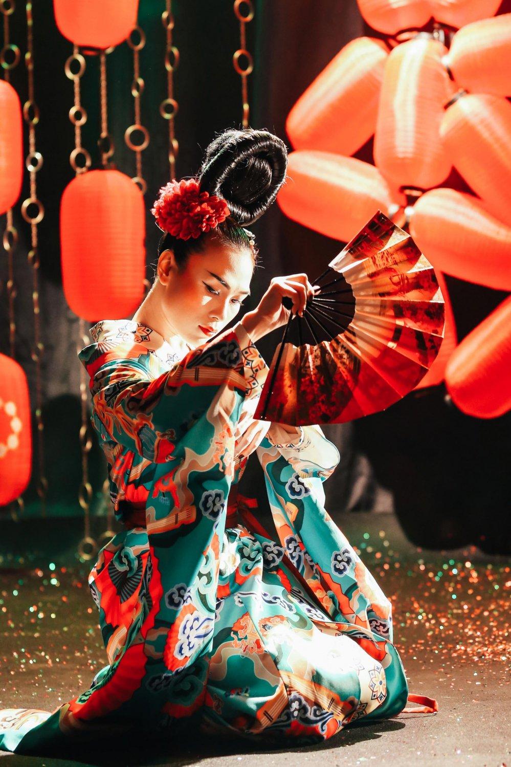 My Tam hoa geisha, coi ao khoe lung tran khien fan 'dung ngoi khong yen' hinh anh 3