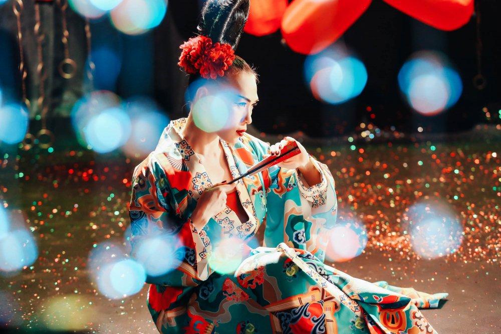My Tam hoa geisha, coi ao khoe lung tran khien fan 'dung ngoi khong yen' hinh anh 2