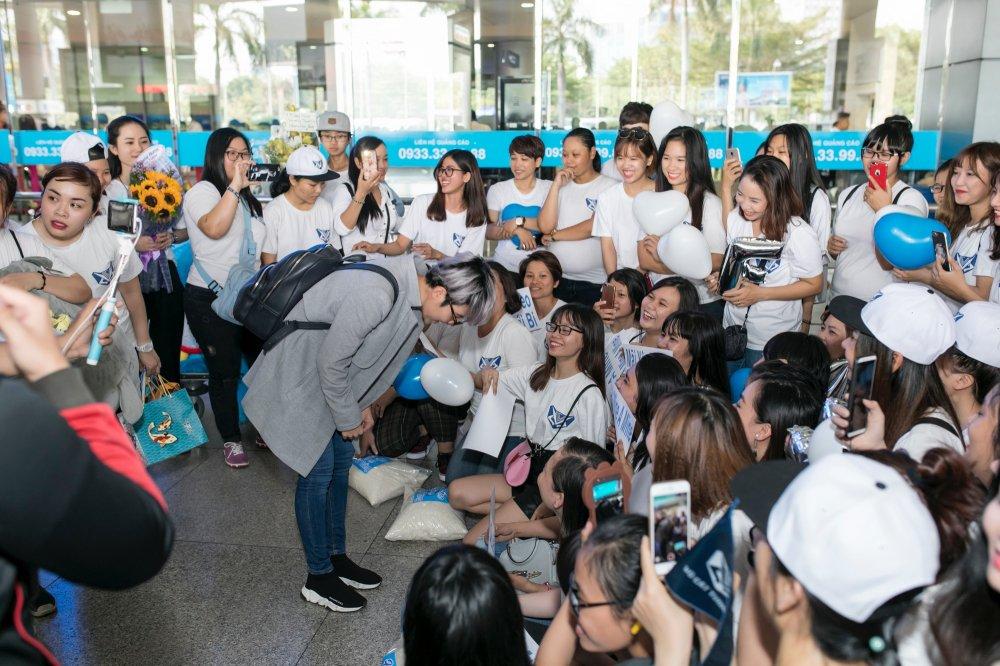 Tro ve tu Nhat, Vu Cat Tuong duoc fan ra vay kin o san bay hinh anh 9