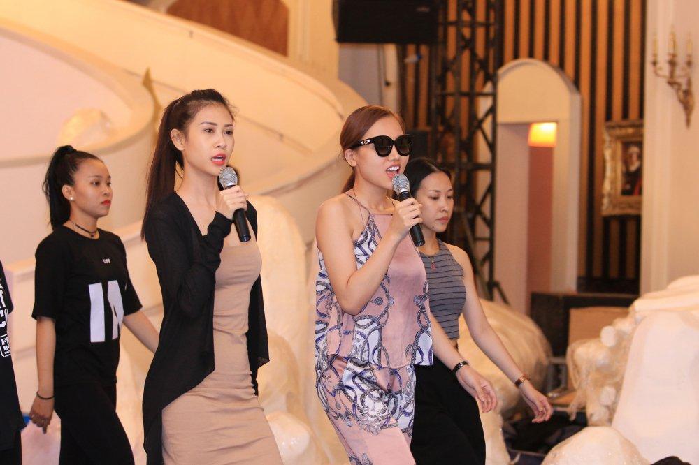 Nu hoang sac dep Hoang Thu Thao lan san ca hat, khong so thanh tham hoa hinh anh 1