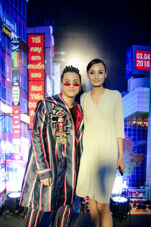 Mai Tien Dung cuoi ngat khi duoc Hoa Minzy tang hoa theo cach cuc 'lay' hinh anh 4