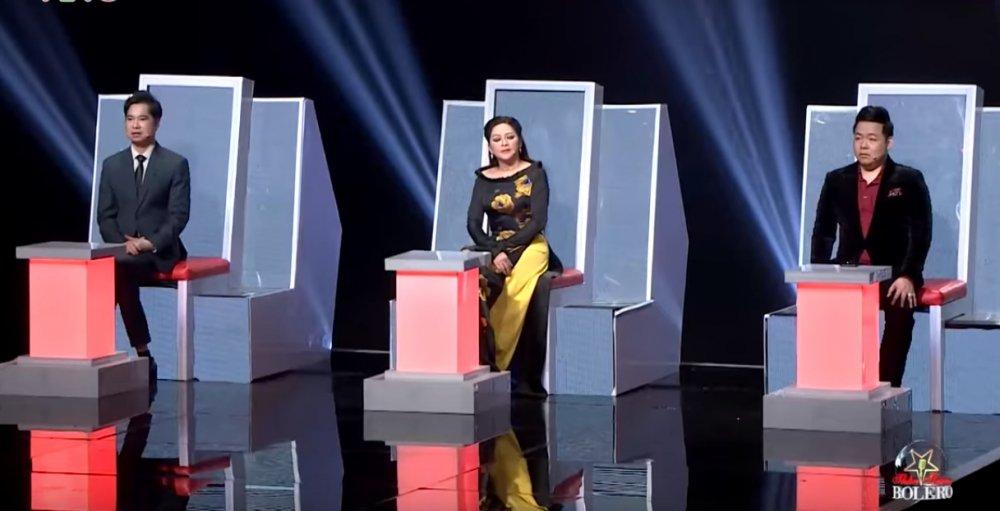 Quang Le dua hoc tro di hat karaoke nguyen dem de tap luyen hinh anh 1