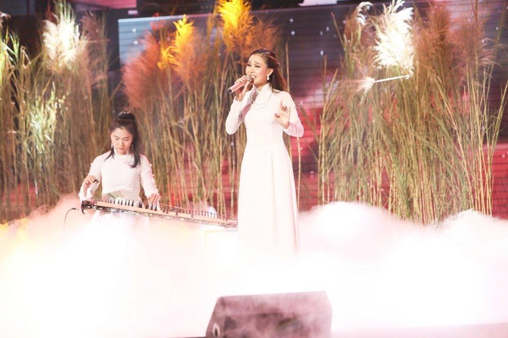 Quang Le dua hoc tro di hat karaoke nguyen dem de tap luyen hinh anh 5