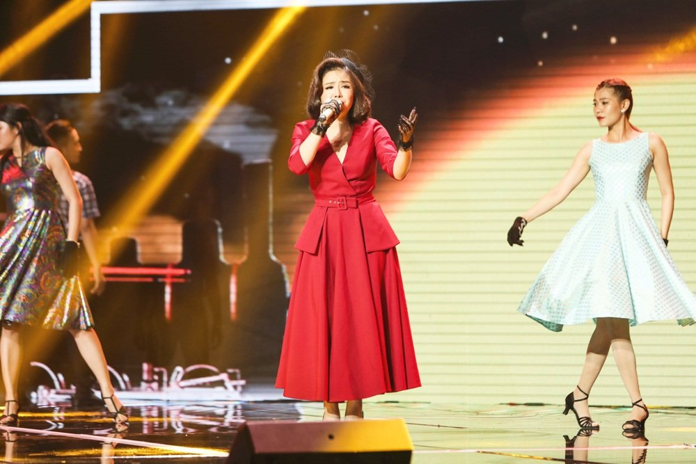 Quang Le dua hoc tro di hat karaoke nguyen dem de tap luyen hinh anh 2