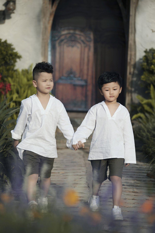 Xuan Bac nam tay 2 con trai lan dau trinh dien thoi trang khien khan gia thich thu hinh anh 8