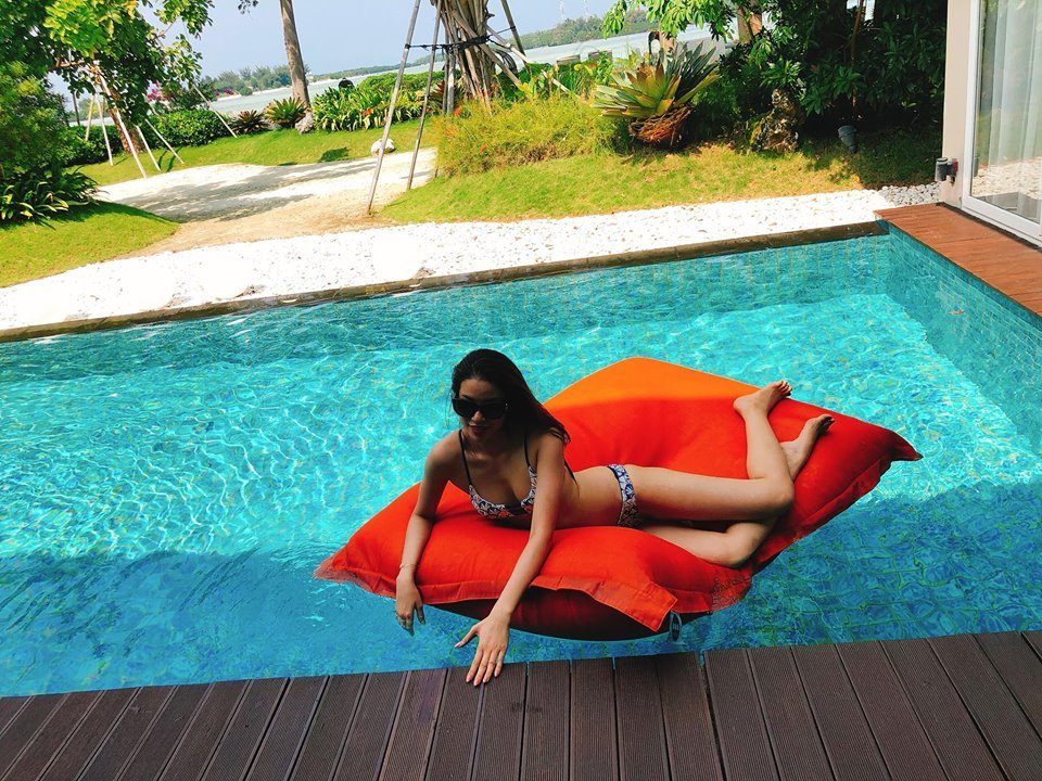 Hoa hau Pham Huong khoe so do 3 vong dang ghen ti voi bikini hinh anh 4