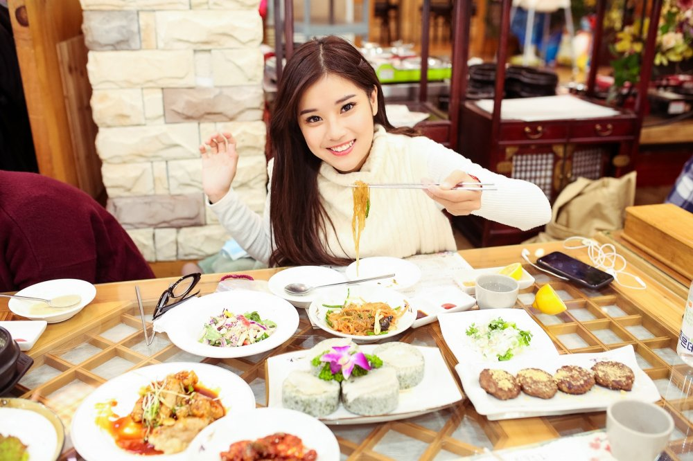 Hoang Yen Chibi tu lam stylist, khoe nhan sac trong veo tai Han Quoc hinh anh 2