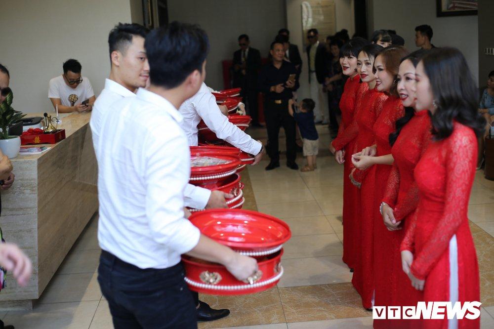 Diep Lam Anh dien ao dai do noi bat, tinh tu 'khoa moi' chu re Duc Pham hinh anh 5