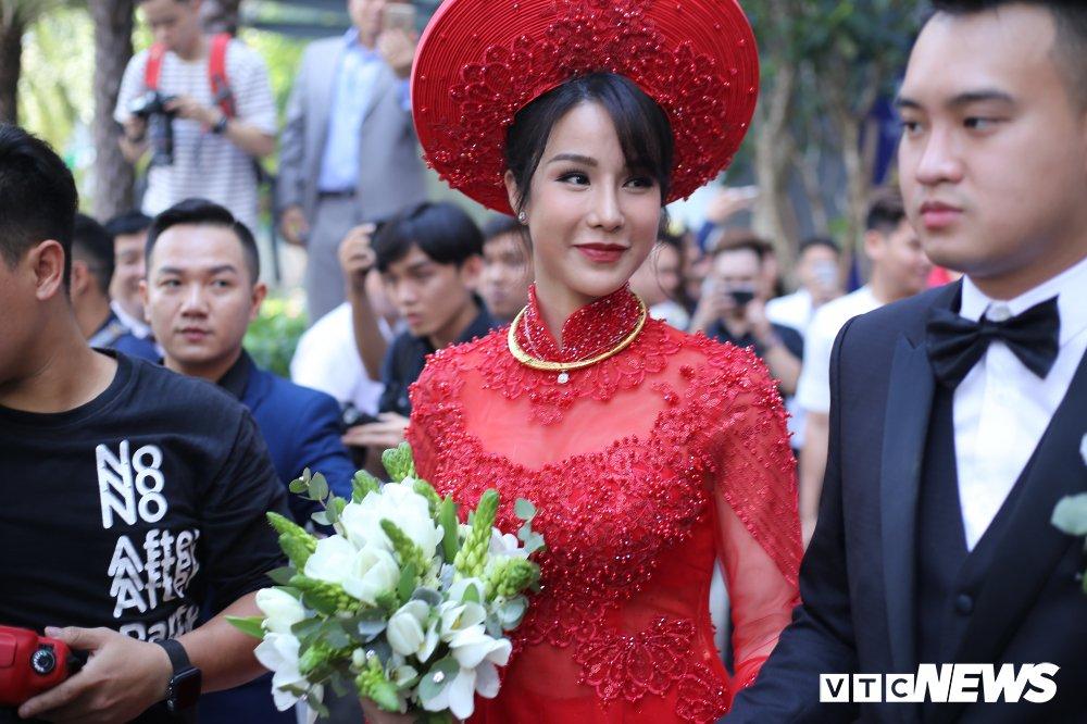 Diep Lam Anh dien ao dai do noi bat, tinh tu 'khoa moi' chu re Duc Pham hinh anh 11