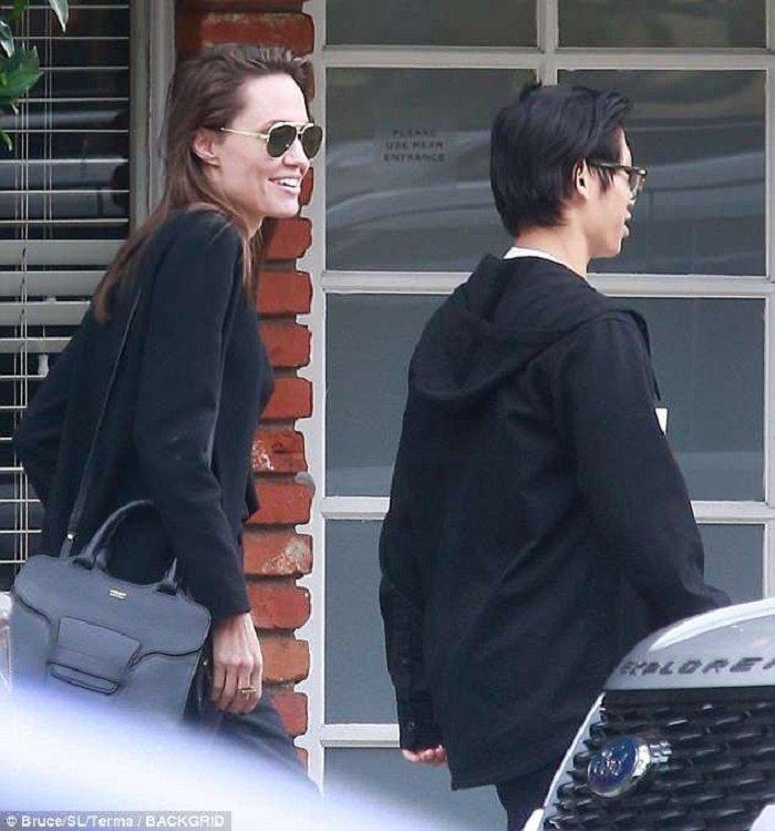 Pax Thien cao lon gan bang Angelina Jolie, lo mun tuoi day thi khi di an cung me hinh anh 3