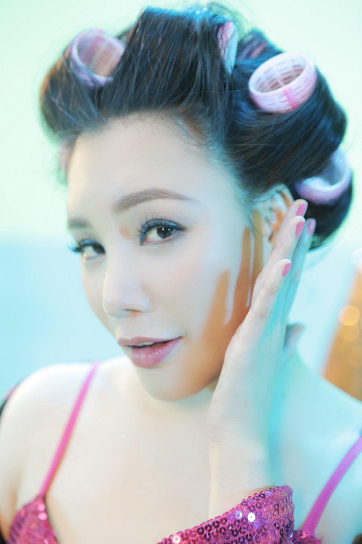 Ho Quynh Huong tung hau truong 50 sac thai me trai dep cuc hai huoc hinh anh 2