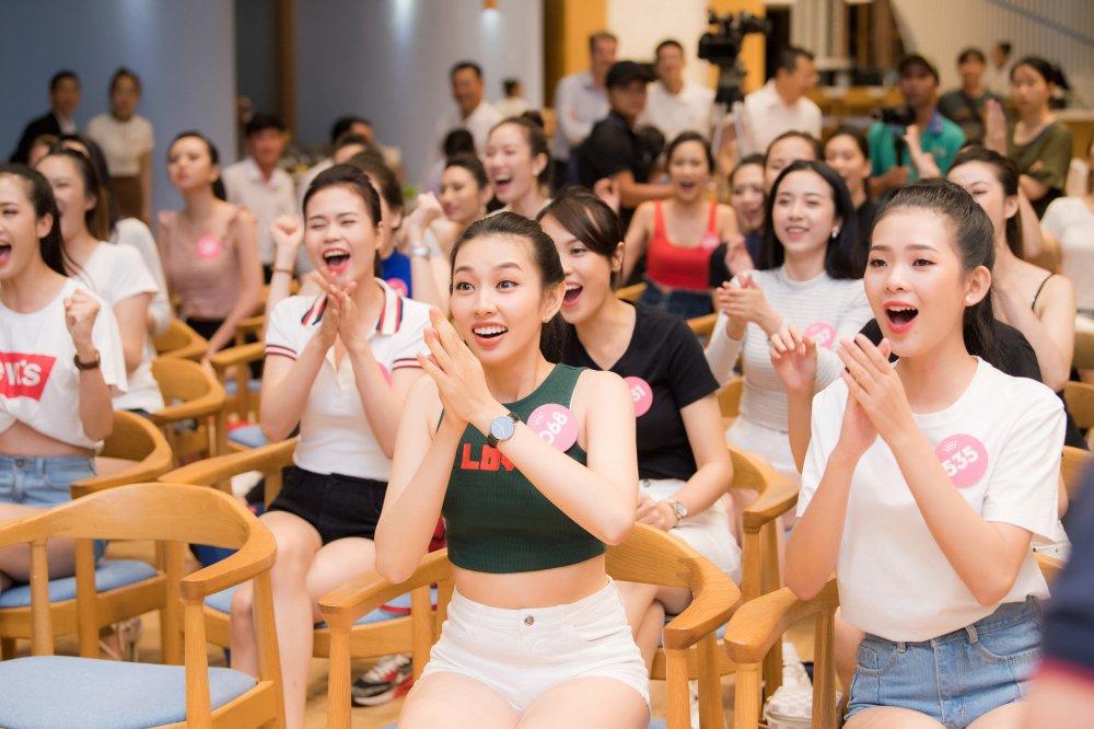 Thi sinh 'Hoa hau Viet Nam' xinh dep, hao hung co vu World Cup 2018 hinh anh 2