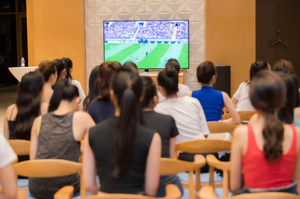 Thi sinh 'Hoa hau Viet Nam' xinh dep, hao hung co vu World Cup 2018 hinh anh 4