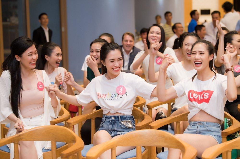 Thi sinh 'Hoa hau Viet Nam' xinh dep, hao hung co vu World Cup 2018 hinh anh 5