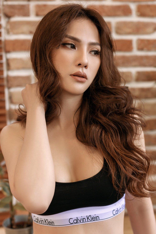 Thu Thuy khoe duong cong nong bong hut anh nhin hinh anh 1