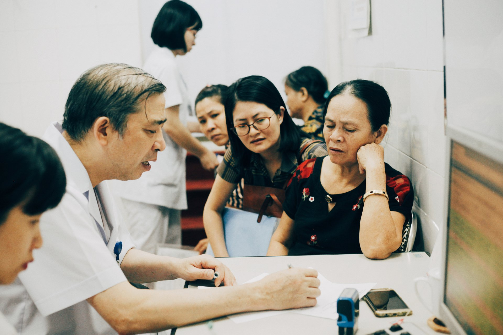 Giam doc Benh vien Phu san Trung uong bat mi hang loat chuyen 'lam dep cho phu nu' hinh anh 4