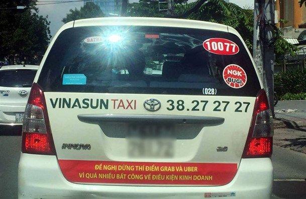 Vi sao hang loat tai xe Vinasun goi nhau go bo khau hieu phan doi Uber, Grab? hinh anh 1