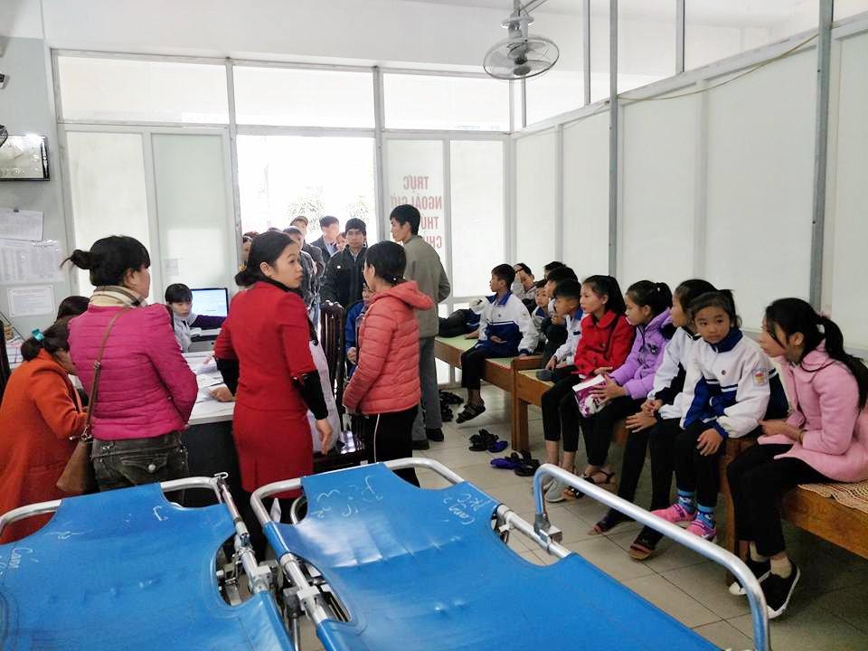 An xoi sang o cong truong, 12 hoc sinh o Tuyen Quang phai cap cuu hinh anh 1