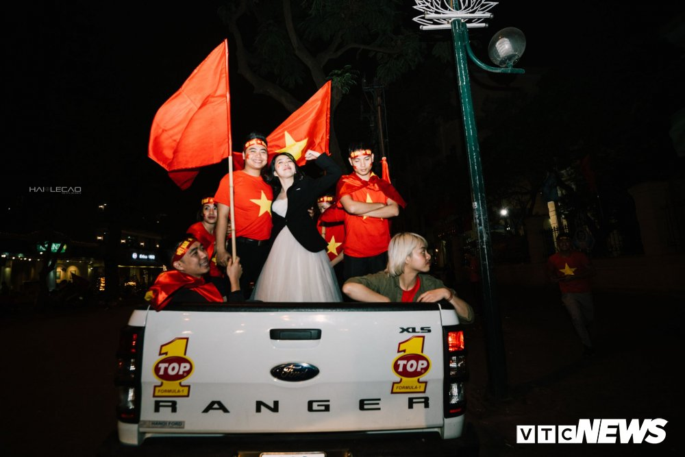 U23 Viet Nam dai thang, doanh nhan 9X cau hon ban gai, 'san' cap song sinh Quang Hai - Tien Dung hinh anh 2