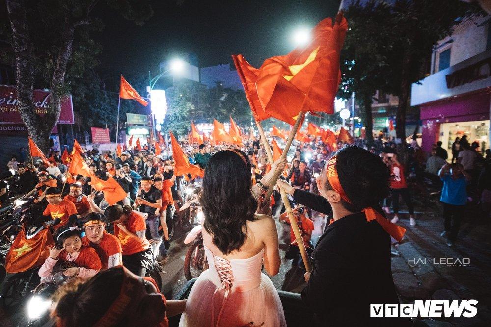 U23 Viet Nam dai thang, doanh nhan 9X cau hon ban gai, 'san' cap song sinh Quang Hai - Tien Dung hinh anh 14