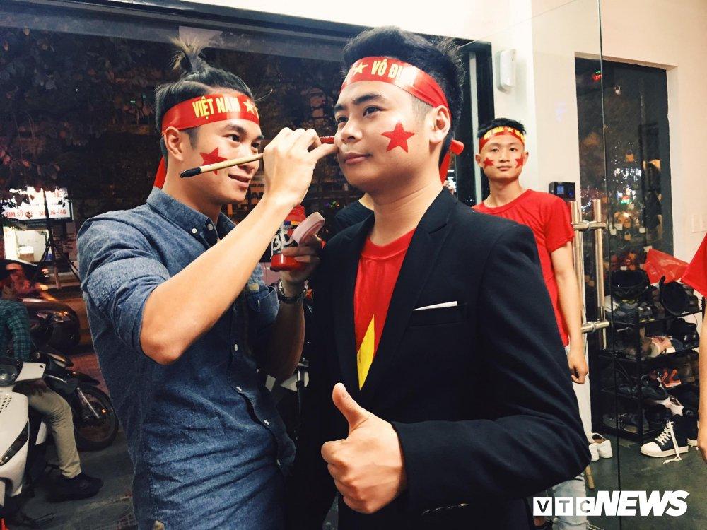 U23 Viet Nam dai thang, doanh nhan 9X cau hon ban gai, 'san' cap song sinh Quang Hai - Tien Dung hinh anh 1