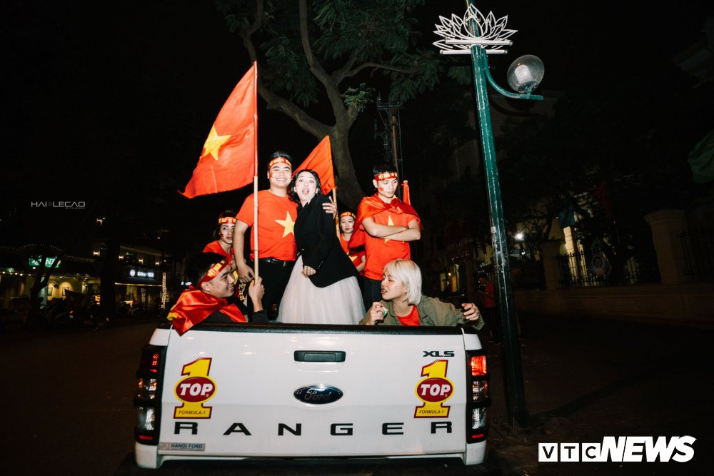 U23 Viet Nam dai thang, doanh nhan 9X cau hon ban gai, 'san' cap song sinh Quang Hai - Tien Dung hinh anh 16